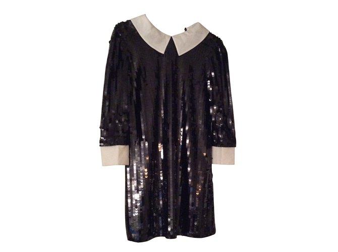 Robe noire et col blanc