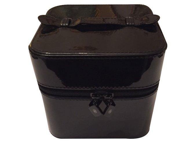d960018dd8dfd5 Chanel Vanity Case VIP gifts Varnish Black ref.19859 - Joli Closet