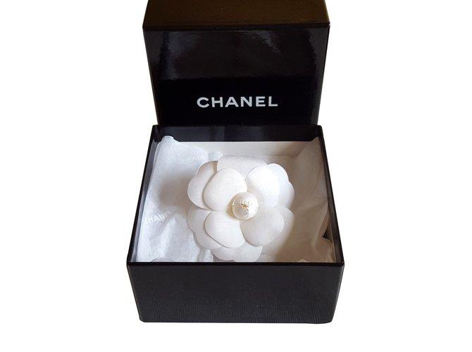 9c1bfac40a6c Broches Chanel Broche Camélia Tissu Blanc ref.25825 - Joli Closet
