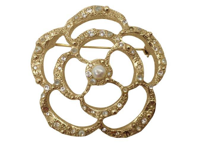 c119fa70c9e3 Broches Chanel Broche Camélia Chanel Métal Doré ref.36089 - Joli Closet