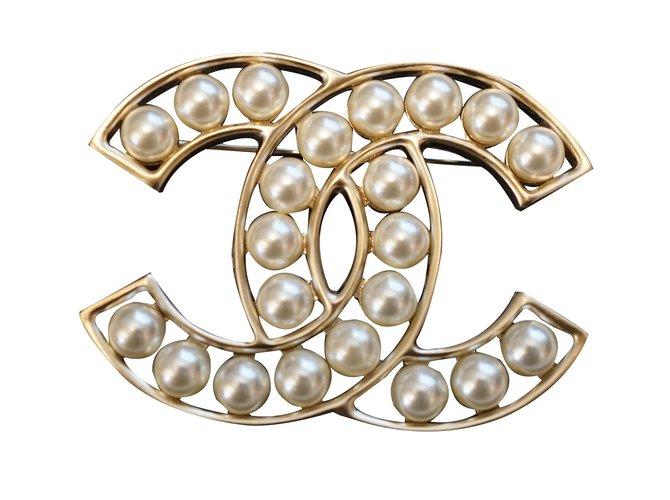 d499779a9ee9 Chanel Pin   brooch Pins   brooches Metal Golden ref.38566 - Joli Closet