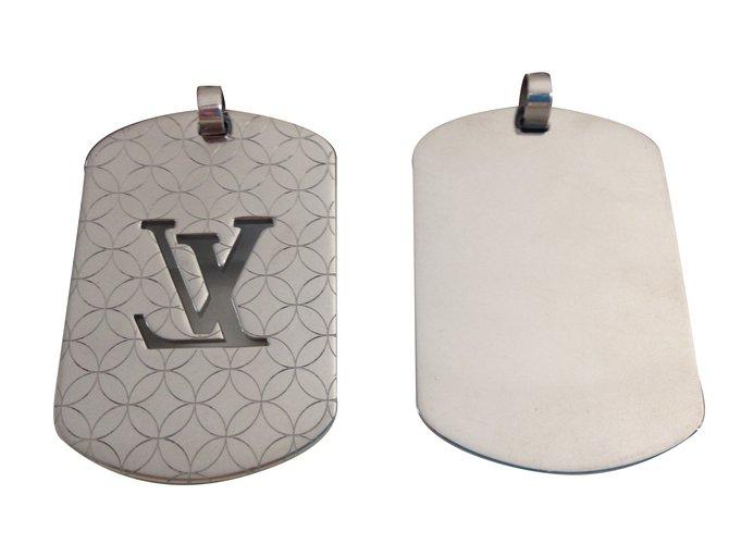 Pendentifs Louis Vuitton Plaques Acier Argenté ref.39417