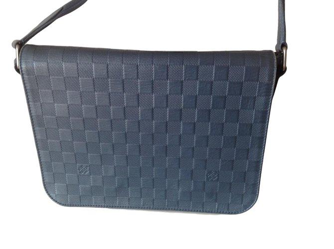 Sacs Louis Vuitton DISTRICT PM bleu astral Cuir Bleu ref.63446 ... e28c421f766