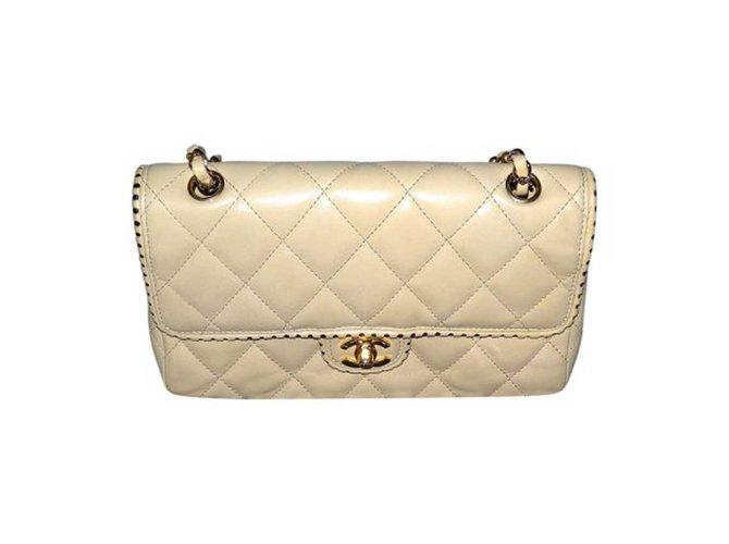 Sacs à main Chanel Timeless à un seul rabat, modèle perforé rare Cuir Beige  ref 2abe842b6f3