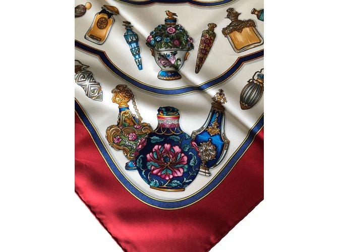 Carrés Hermès Foulards de soie Soie Rouge,Beige,Bleu Marine ref.88033