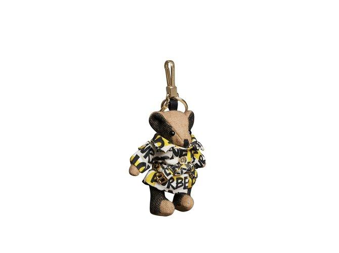 Bijoux de sac Burberry Bijou porte-clés Thomas Bear avec trench à imprimé graffiti 100 % cachemire Cachemire Multicolore ref.93354