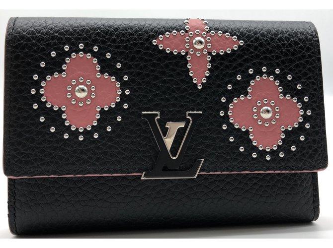 Portefeuilles Louis Vuitton Portefeuille Louis Vuitton Capucines compact en  cuir taurillon noir et à motifs de 36953810e88