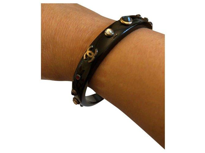 Bracelets Chanel Sublime bracelet Chanel en Résine Noire avec Logo CC en métal vieilli et strass de couleur Résine Multicolore ref.123011