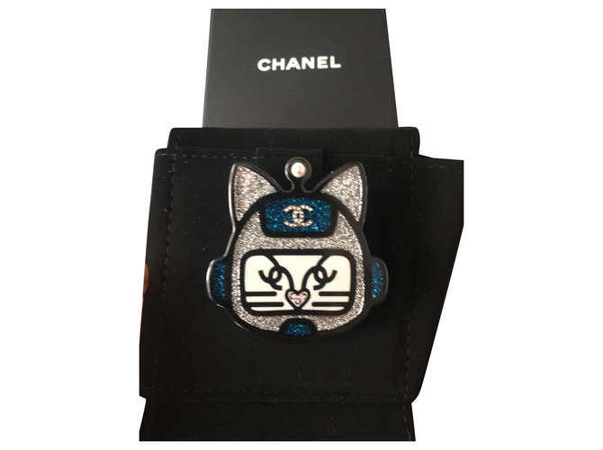Chanel Pins & brooches Pins & brooches Resin Blue ref.129829