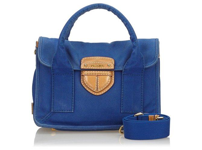 regard détaillé ffd35 b5d6f Cartable Prada en toile bleue