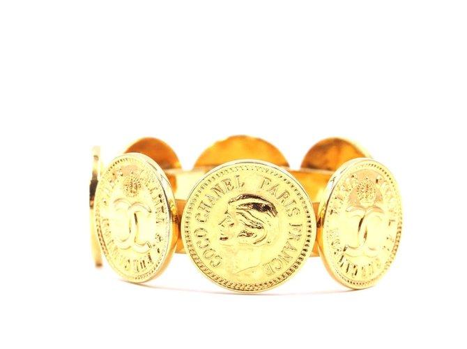 Bracelets Chanel Chanel Gold CC Medallion Coins Large Cuff Métal Doré ref.168010