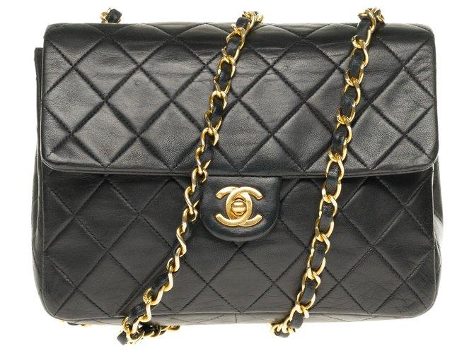 Sacs à main Chanel Superbe Chanel Mini Timeless en cuir d'agneau matelassé avec bijouterie dorée Cuir Noir ref.169264