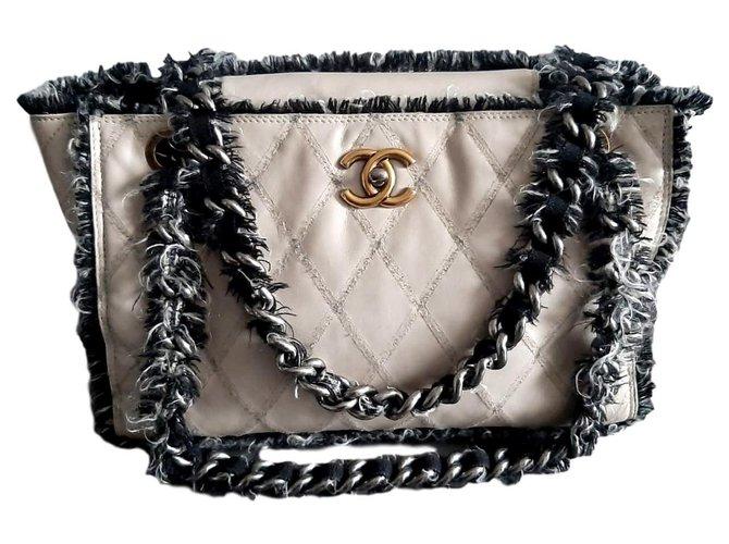 Sacs à main Chanel Sac cabas Chanel en cuir matelassé beige / tweed Cuir Noir,Beige ref.170057