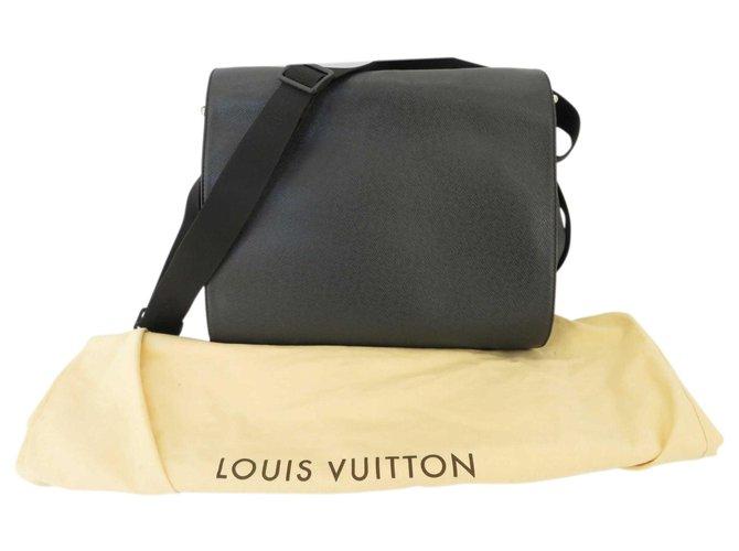 Décoration divers Louis Vuitton Sac de voyage Louis Vuitton Taiga Toile Noir ref.171583