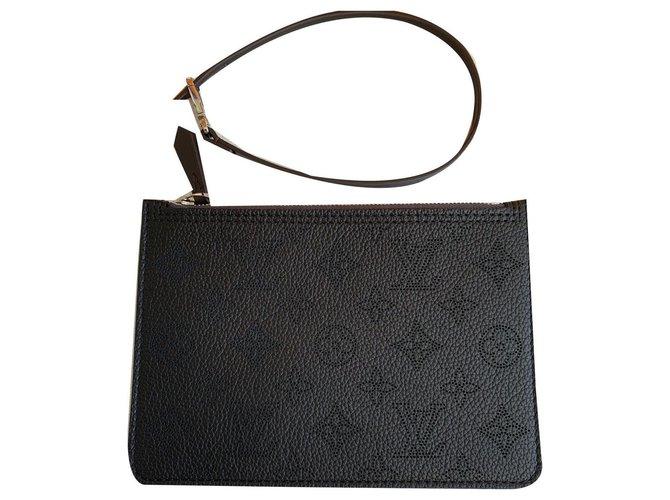 Louis Vuitton Mahina clutch black Clutch bags Leather Black ref.174616