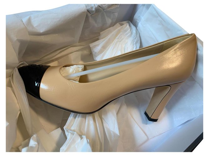 Cambon Two-tone Chanel pumps Beige Leather  ref.308341