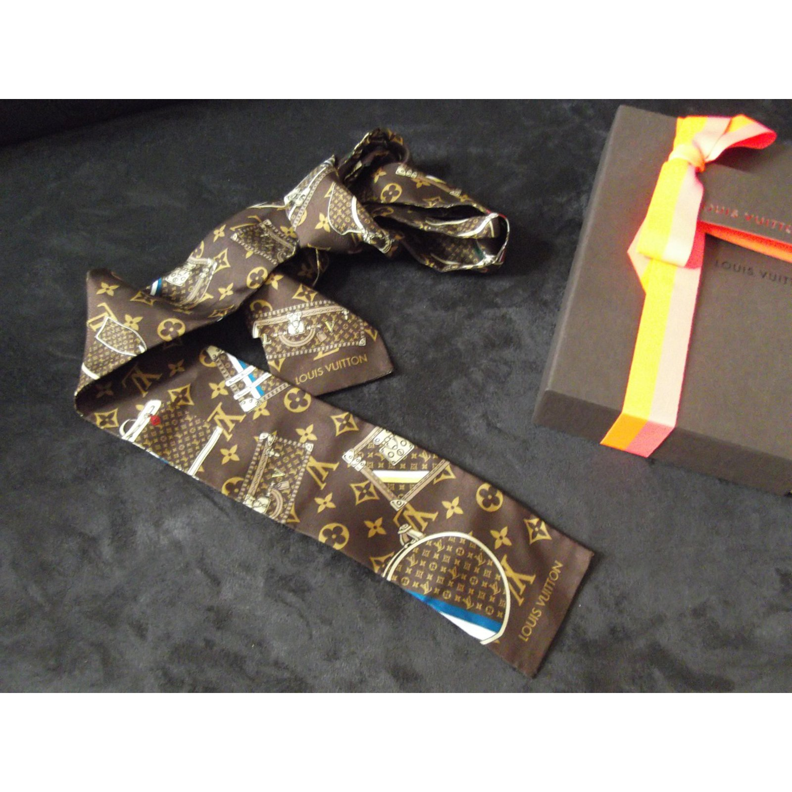 Foulards Louis Vuitton tour de cou Soie Marron ref 11064 Joli Closet 9d6eaa6891f