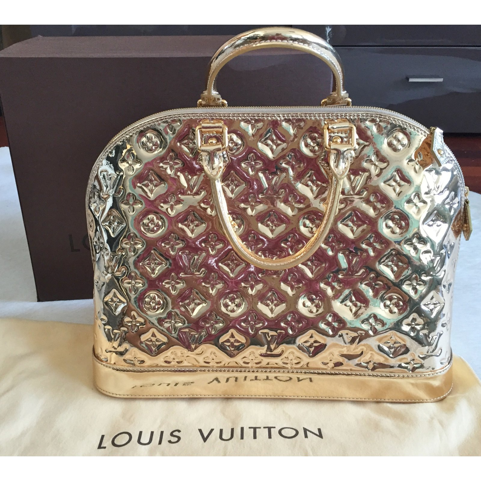 18b2ac266e4b Louis Vuitton ALMA MM MIROIR DORE GOLD - SPECIAL EDITION Handbags Patent  leather Golden ref.23487 - Joli Closet