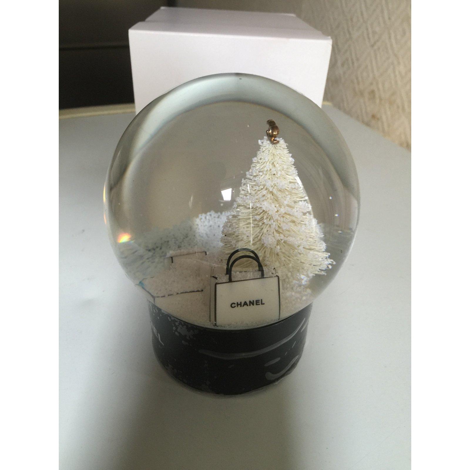 d coration divers chanel boule neige autre autre joli closet. Black Bedroom Furniture Sets. Home Design Ideas