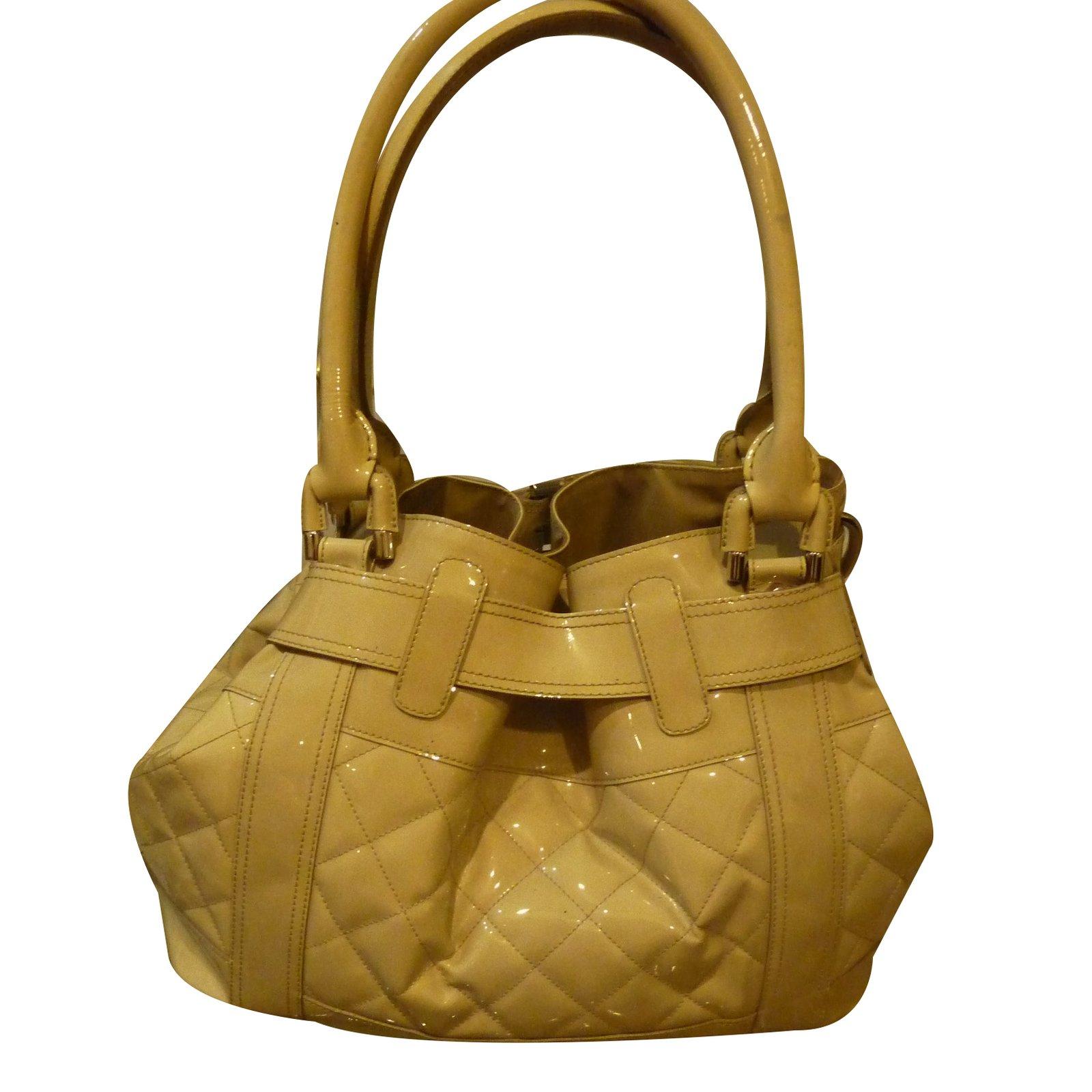 d1136ecfdfd9 Burberry Beaton model Handbags Patent leather Cream ref.33681 - Joli Closet