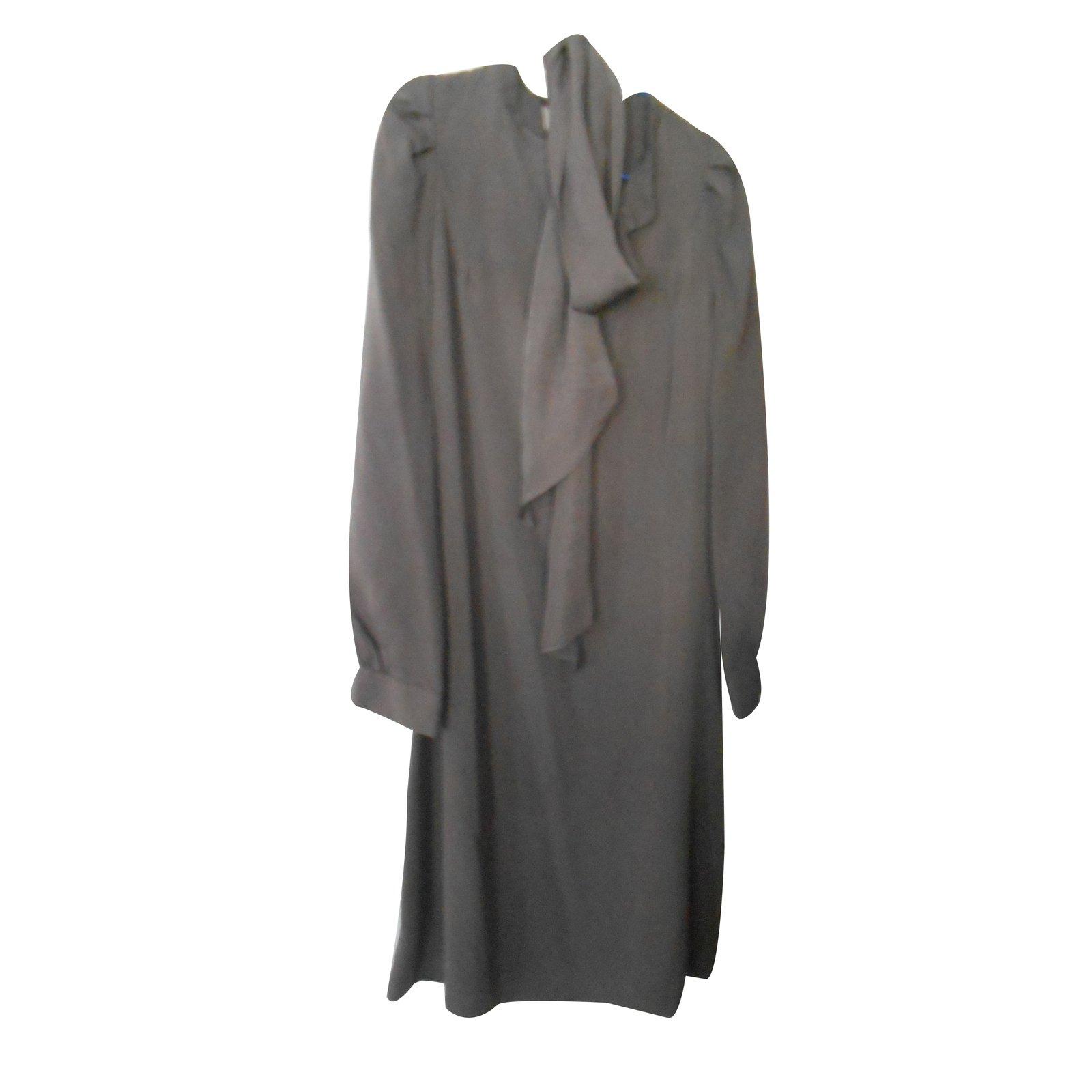 robes vanessa bruno robe en soie grise taupe l gante et classe plusieurs fa ons de la porter. Black Bedroom Furniture Sets. Home Design Ideas