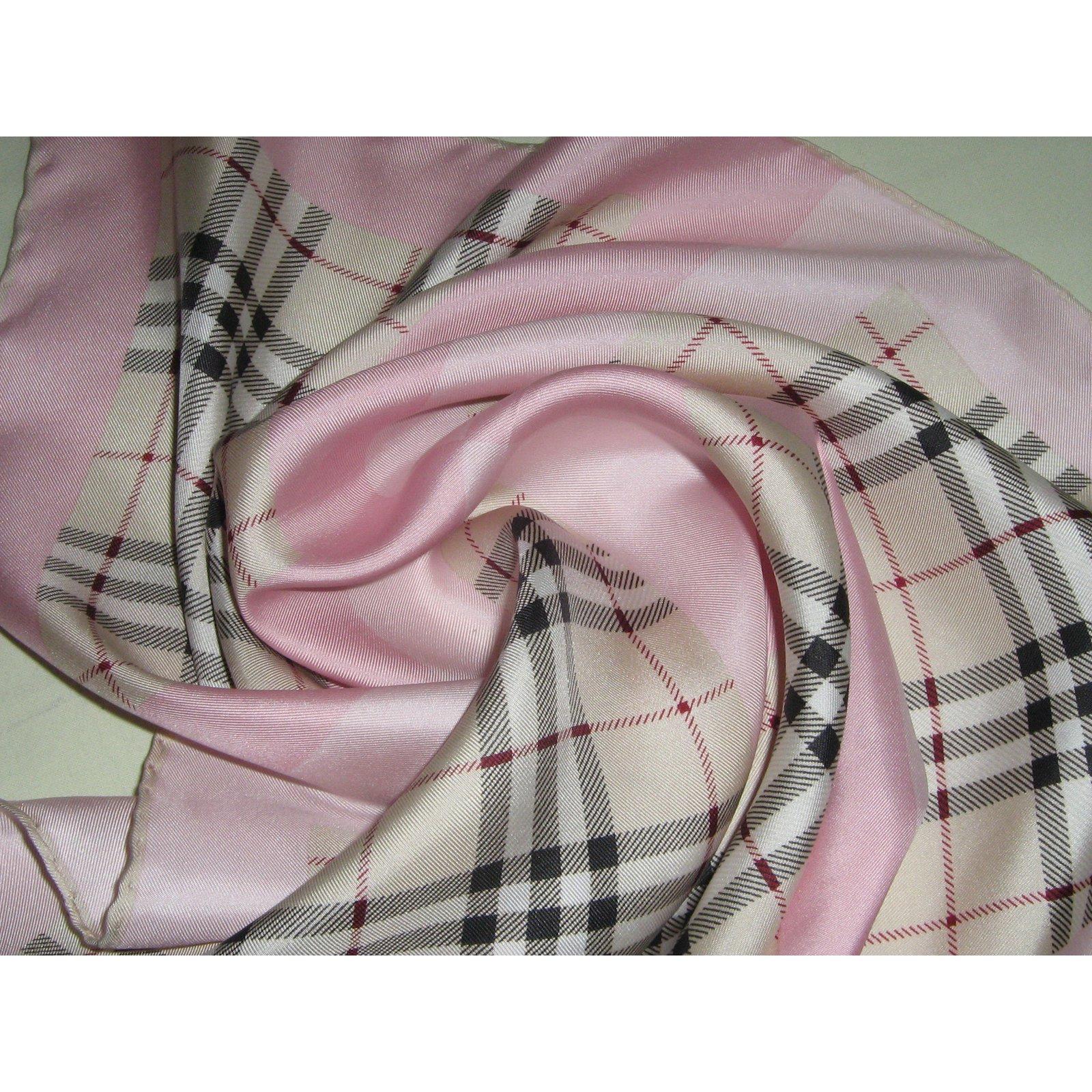 ad8f21b27e4c Foulards Burberry BURBERRY GAVROCHE FOULARD PETIT CARRE BABY ROSE 45X45  Satin Rose ref.60046 - Joli Closet