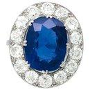 Bague en platine centrée d'un saphir de 6,06 carats, entourage diamants. - inconnue