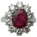 Bague en or blanc, rubis ovale entouré de diamants. - inconnue