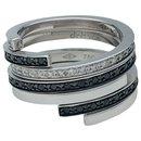"""Bague Dinh Van modèle """"Spirale"""" en or blanc, diamants et diamants noirs."""