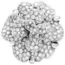 """Bague Chanel modèle """"Camelia"""" en or blanc et diamants."""