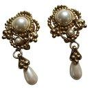 Pearl earring. - Christian Dior