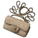 avec mini sac à rabat en python - Chanel