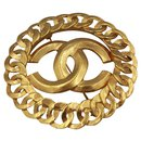 Vintage Chanel broche, double «C» in Gold metal.