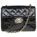 Lovely Chanel Mini Timeless bag in black patent quilted, garniture en métal doré