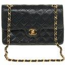 Splendid and sought after Chanel Timeless bag 23cm with lined flap in quilted black leather, garniture en métal doré