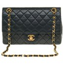 Superb Chanel Timeless lined flap bag in quilted black lambskin, garniture en métal doré