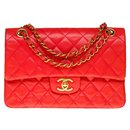 The highly sought after Chanel Timeless bag 23 in red quilted leather, garniture en métal doré