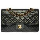 Splendid Chanel Timeless Medium Bag 25cm with lined flap in black quilted leather, garniture en métal doré