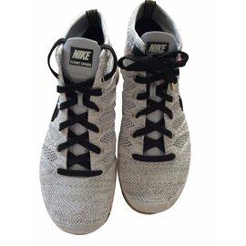 Nike-Sneakers-Beige