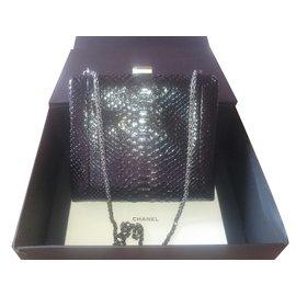 Chanel-kiss lock bag in python-Noir