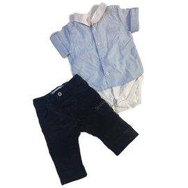 Burberry-Set: Burberry-Hose aus marineblauem Baumwollsamt + Hugo Boss-Hemd im Sleepsuit-Stil aus blauer und weißer Baumwolle-Weiß,Blau