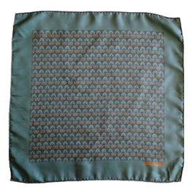 Hermès--Superbe petit carré de la Maison Hermès-vert olive ... 0147d113f82