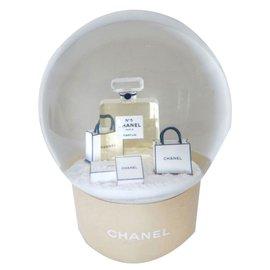 Chanel-Snowglobe-Doré