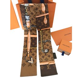 2526456756db Foulards Louis Vuitton occasion - Joli Closet