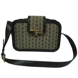 3875c986ebf1 Second hand Handbags - Joli Closet