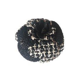 Chanel-Broche Camelia tweed-Noir,Écru