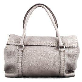 Fendi-Sac ''Selleria'' en cuir gris porté épaule-Gris