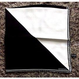 Chanel-Carrés-Noir,Blanc
