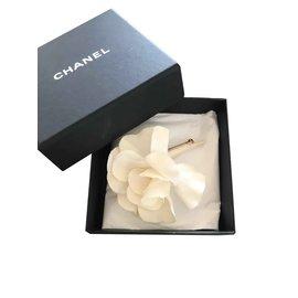 Chanel-Broche Camélia Chanel-Blanc cassé