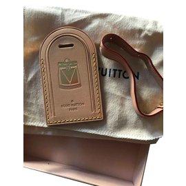Louis Vuitton-Louis Vuitton Grande étiquette de bagage Vacchetta estampée à chaud Madrid-Beige